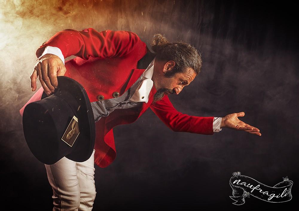 il presentatore tendone dietro il tendone ©DanieleTedeschi - Naufragili