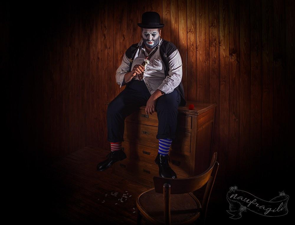 Il-Clown-Dietro-il-tendone-caravan-©Daniele-Tedeschi-Naufragili