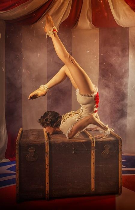 La contorsionista libertà tendone dietro il tendone ©DanieleTedeschi - Naufragili