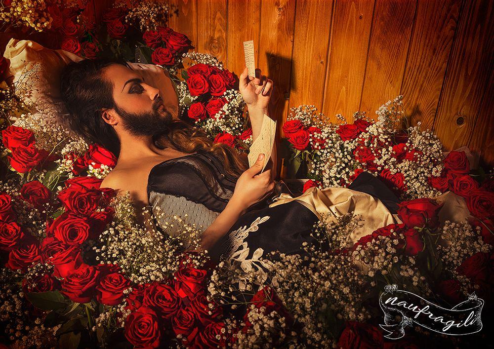 la donna barbuta rose dietro il tendone ©DanieleTedeschi - Naufragili