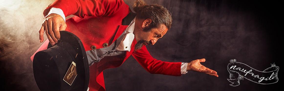 presentatore panico dietro il tendone ©DanieleTedeschi - Naufragili