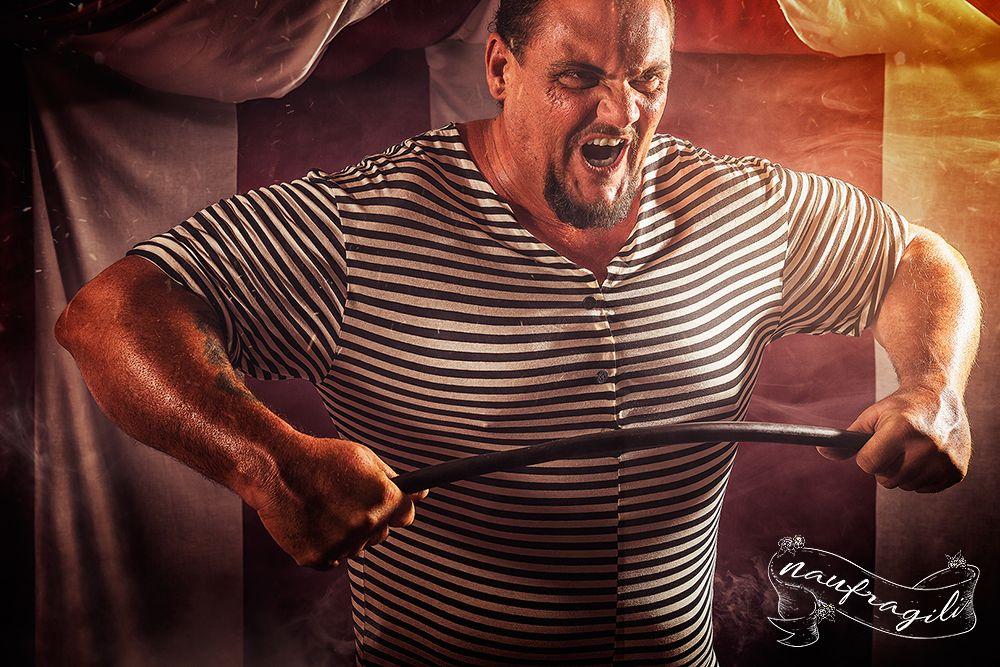 uomo forzuto la sensibilità dietro il tendone ©DanieleTedeschi - Naufragili